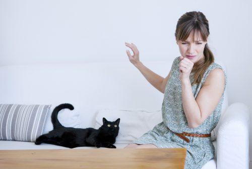 Femme allergique aux chats.